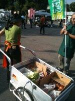 反貧困集会での野菜引き売り1