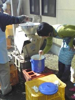 東峰べじたぶるんでの味噌作り1